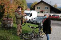 Le-vélo-de-la-Via-Rhona-le-retour-pneus-usés-à-changer
